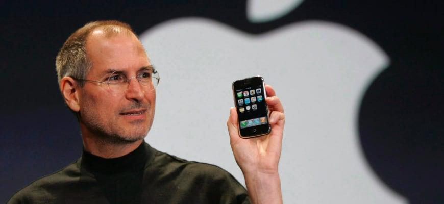 Стив Джобс представил первый iPhone